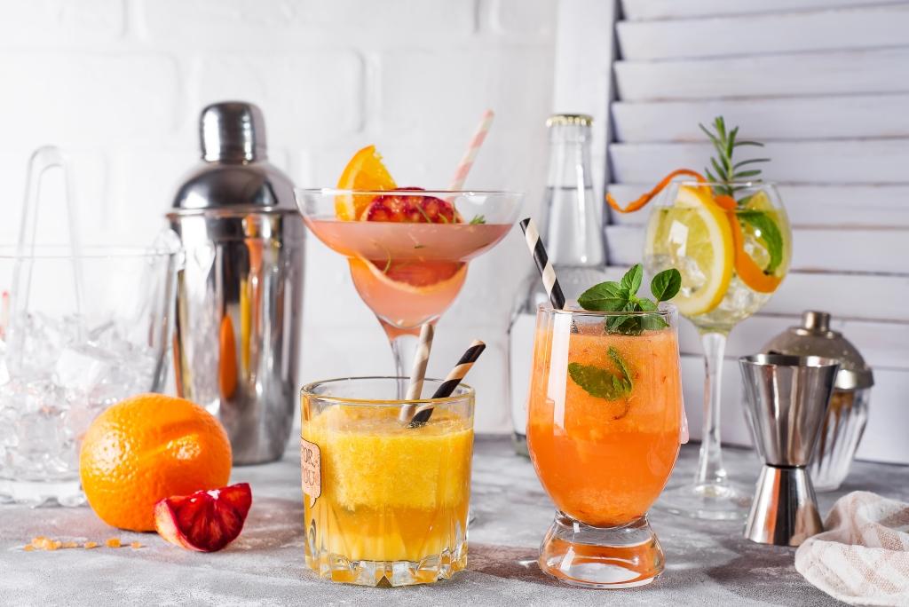 бар обзавеждане с коктейли
